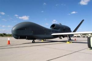米無人偵察機グローバルホーク=2010年10月、米カリフォルニア州エドワーズ空軍基地(共同)