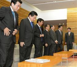 閣議に臨む野田佳彦首相(右から2人目)ら閣僚の面々。落選議員も多く、一様に表情は硬い=18日午前