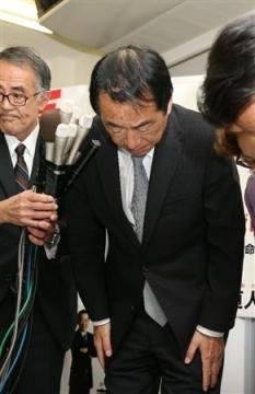 比例代表東京ブロックで復活当選し、支持者に頭を下げる菅前首相=17日午前3時35分、東京都府中市