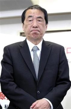 比例で復活当選し、事務所で記者の質問に応じた菅直人元首相=17日、東京都府中市