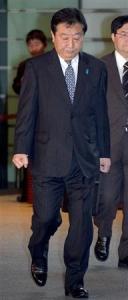 衆院選大敗から一夜明け、首相官邸に入る野田佳彦首相=17日午前