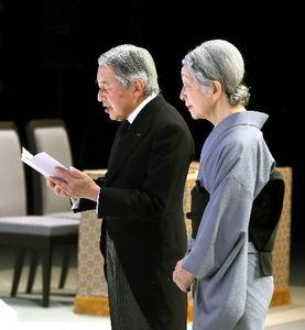 東日本大震災2周年追悼式で、おことばを述べる天皇陛下=11日午後2時56分
