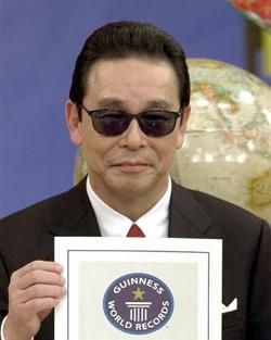 ギネス出版社から届けられた認定証を手にするタモリ=東京・新宿のスタジオアルタ、2002年12月24日