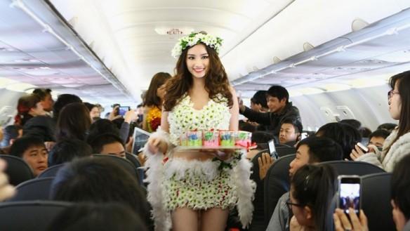 格安航空ベトジェットエアの機内を花の水着姿で歩く元ミス・インターナショナル代表のベトナム人女性