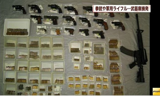 【神奈川県警】民家から拳銃18丁、小銃1丁、実弾670発押収 (FNN2014-1-28)画像1