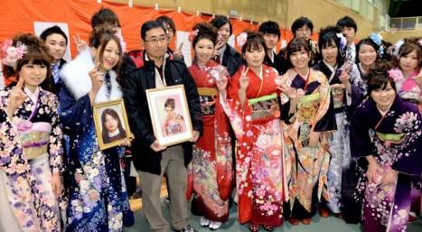陸前高田・成人式、娘の写真に振袖を...2