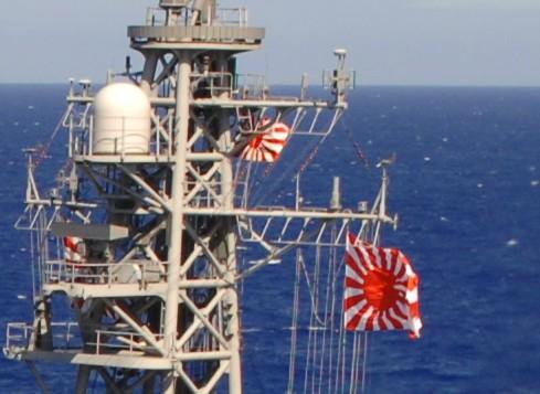 イージス艦「こんごう」に翻る海自艦旗