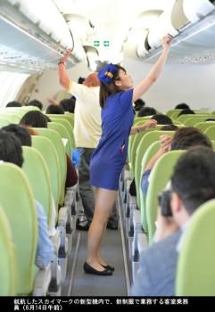 スカイマークA330やっと初就航_ミニスカCAも乗務_6月14日_ミニスカ新制服CA-画像4