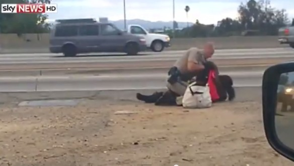 <米警察官が女性殴る映像に波紋>無抵抗の女性に馬乗りになって何度も殴る米カリフォルニア州LAの警官_Youtubeキャプチャ