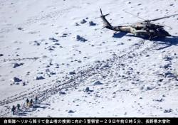 自衛隊ヘリから降りて登山者の捜索に向かう警察官(29日午前8時5分)長野県木曽町