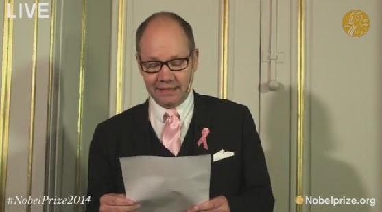 2014年ノーベル文学賞受賞を発表するスウェーデン・アカデミー常任事務長のピーター・イングランド氏